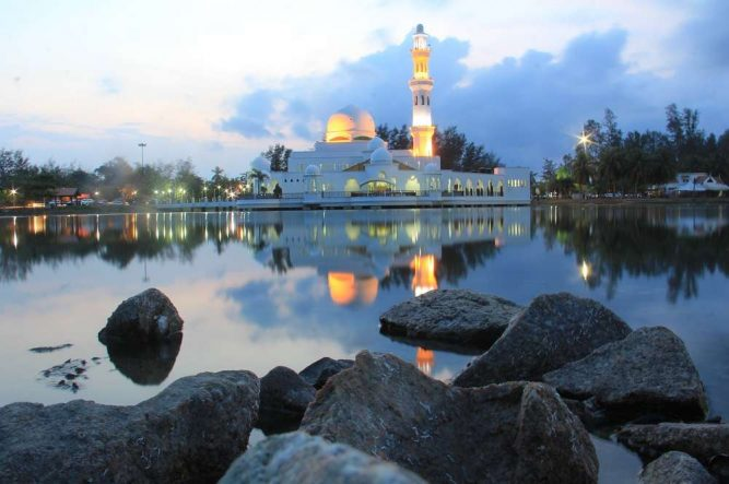 Mosque on a scenic lagoon. Photo Credit – http://beautifulterengganu.com